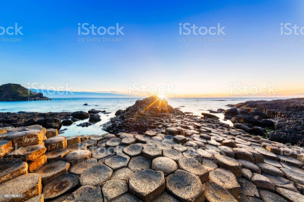 Sonnenuntergang über Giants Causeway, Nordirland – Foto