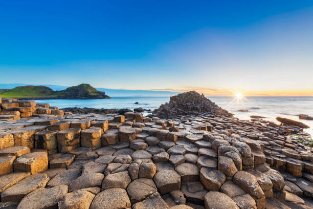 pôr do sol sobre giants causeway, irlanda do norte - irlanda - fotografias e filmes do acervo
