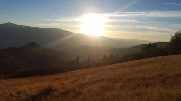 sonnenuntergang über goldenen feld - pacific crest trail stock-fotos und bilder