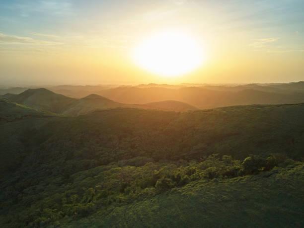 Sonnenuntergang über grüne Hügel-Landschaft – Foto