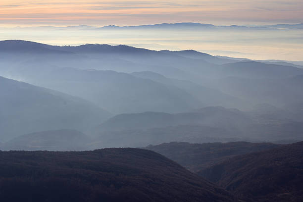 sonnenuntergang über hills - weichzeichner stock-fotos und bilder