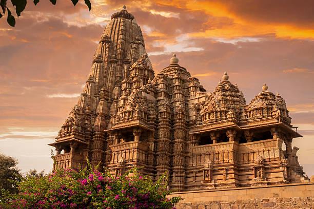 sunset over kandariya mahadeva temple - tapınak stok fotoğraflar ve resimler