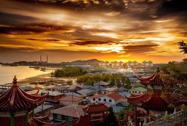 zonsondergang over kuching, sarawak, maleisië - maleisië stockfoto's en -beelden