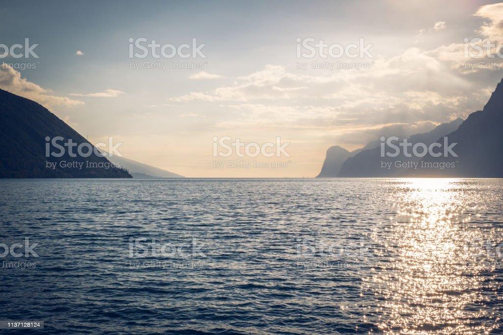 Coucher de soleil sur Lago di Garda, Trento, Italie. - Photo