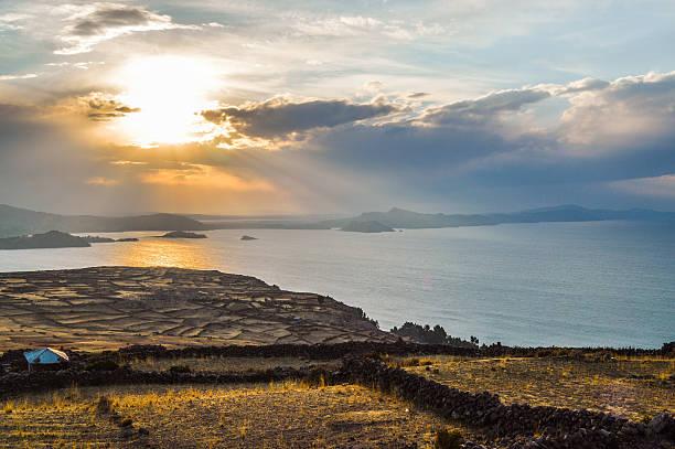 の夕暮れの湖チチカカ-taquille 島 - タキーレ島 ストックフォトと画像