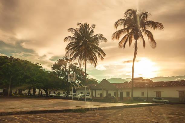 sonnenuntergang über den marktplatz von colonia dorf guane in kolumbien - typisch 90er stock-fotos und bilder
