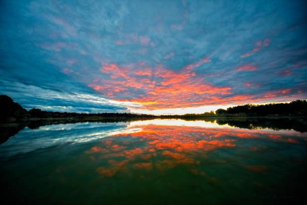 coucher de soleil sur le miroir comme de l'eau - lac mirror lake photos et images de collection