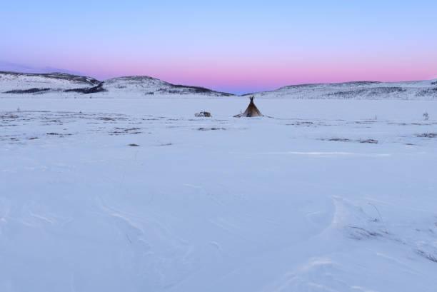 北極域でのノマド漁師キャンプの夕日 - ツンドラ ストックフォトと画像