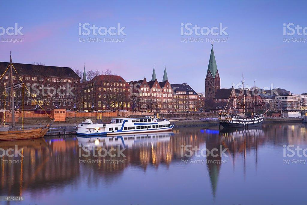 Puesta de sol sobre el río en la ciudad de Bremen. - foto de stock