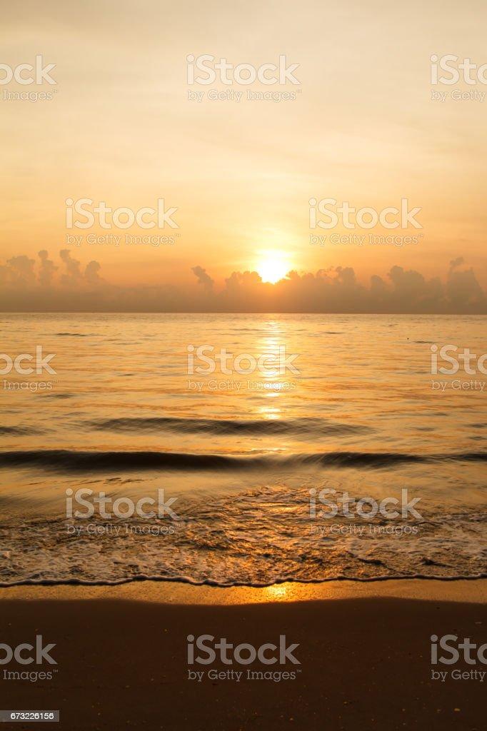 Sonnenuntergang über Meer und Strand – Foto
