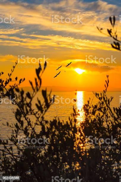 Zachód Słońca Nad Morzem Na Wyspie Grecja - zdjęcia stockowe i więcej obrazów Brzask