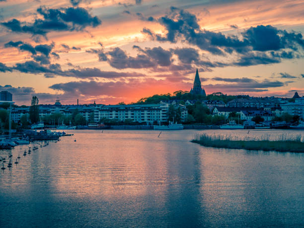 solnedgång över södermalm. sett från hammarby sjostad, stockholm, sverige. - ferry lake sweden bildbanksfoton och bilder