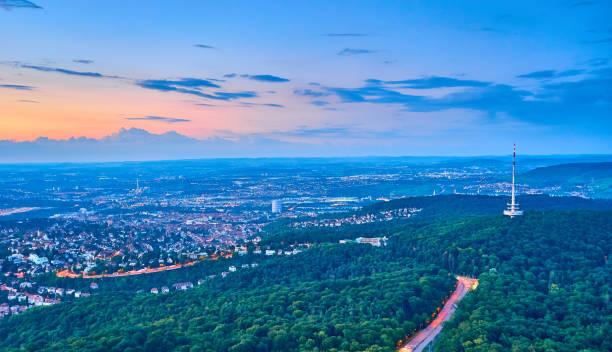 sonnenuntergang über stuttgart-stadt in deutschland - berliner fernsehturm stock-fotos und bilder