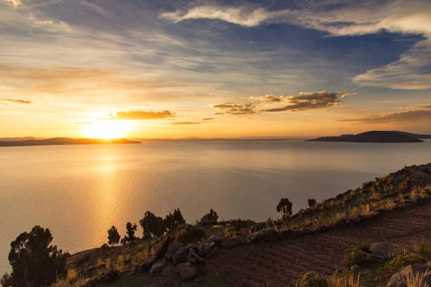 タキーレ島、ペルーの夕日 - タキーレ島 ストックフォトと画像