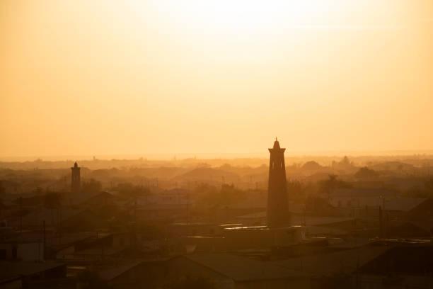 zonsondergang over de oude oase stad van khiva, silk road, oezbekistan - karavanserai stockfoto's en -beelden