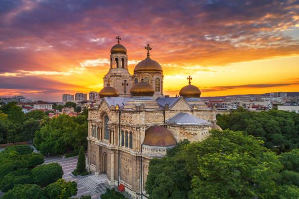 Sonnenuntergang über der Kathedrale Mariä Himmelfahrt in Varna, Luftaufnahme – Foto