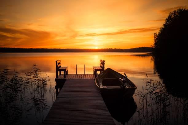 solnedgång över fiskepiren vid sjön i finland - flod vatten brygga bildbanksfoton och bilder