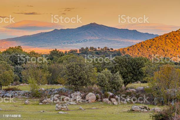 Sunset over the mountains of the sierra de guadarrama madrid spain picture id1191145916?b=1&k=6&m=1191145916&s=612x612&h=ahcpyecgw2i01stqfwutesqjuqeutnajz59cqr2atbu=