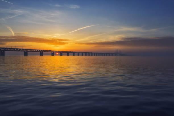 solnedgång över oresundsbron öresunds bron - öresundsregionen bildbanksfoton och bilder