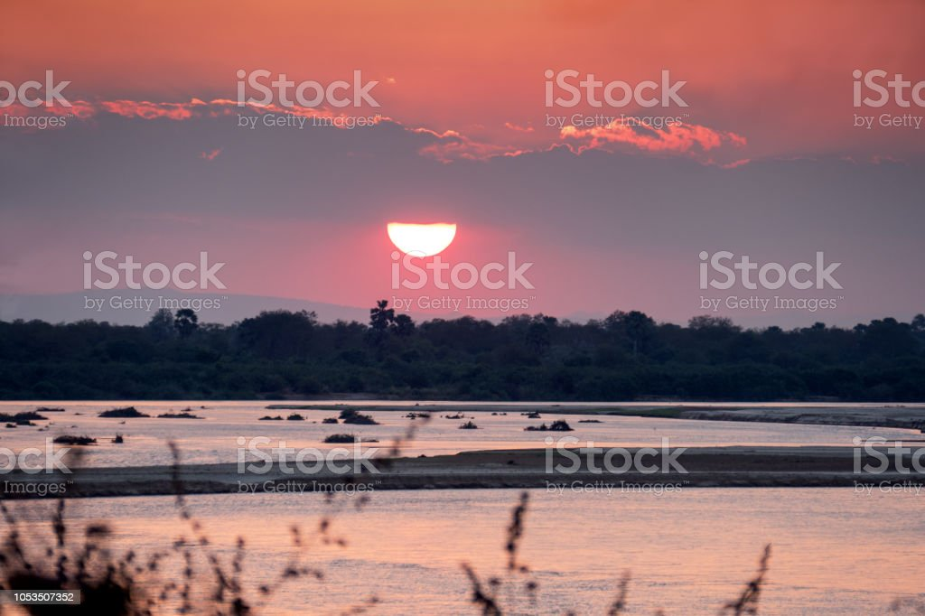 Coucher de soleil sur la rivière Rufiji dans la réserve de gibier de Selous, Tanzanie - Photo