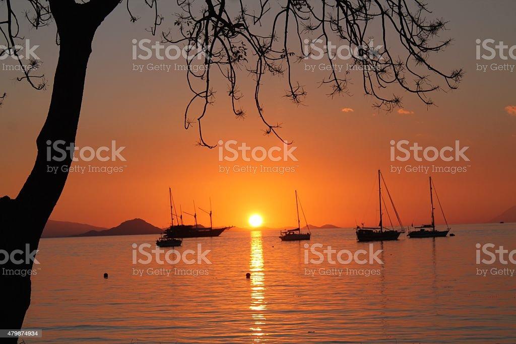 Tramonto sul mare con barche stock photo