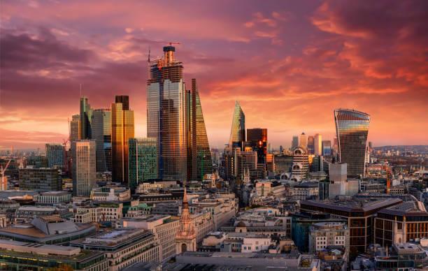 Sonnenuntergang über der Skyline der City of London, Vereinigtes Königreich – Foto