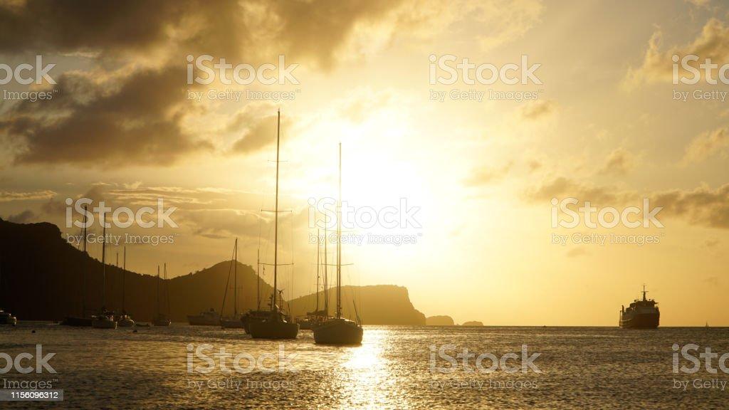 Sonnenuntergang über Union Island mit Segelbootyachten in den Tobago Cays bei Saint Vincent und den Grenadinen, Karibik. - Lizenzfrei Fotografie Stock-Foto