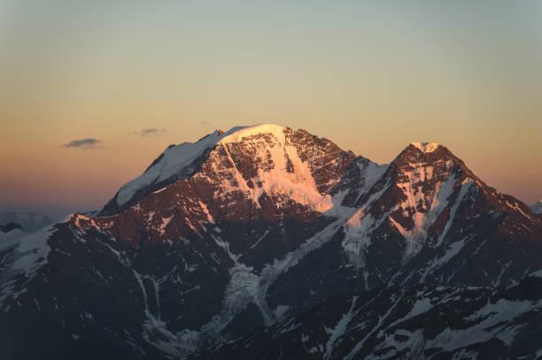 Panorama du coucher du soleil de l'Elbrouz et une partie de la crête du Caucase - Photo
