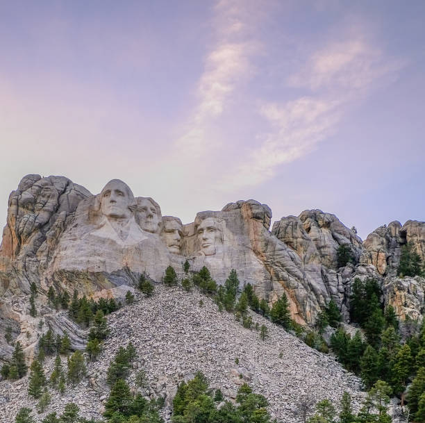 Sunset Photo of Mount Rushmore purple sky, presidents, Thomas Jefferson, George Washington, Abraham Lincoln, Theodore Roosevelt mount rushmore stock pictures, royalty-free photos & images