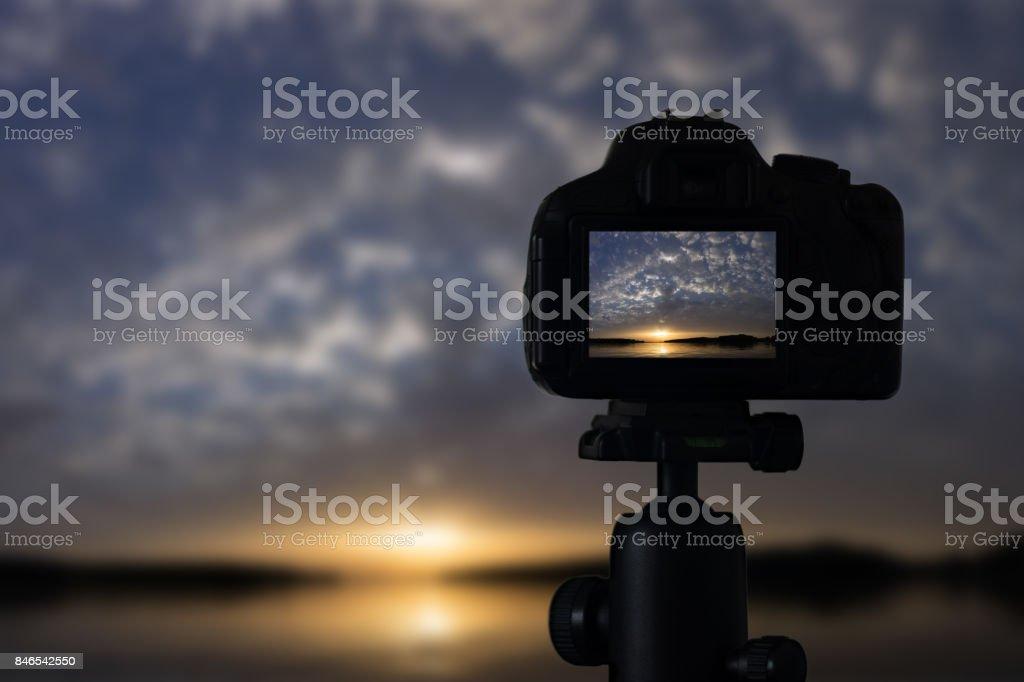 Sonnenuntergang Fotografie. Kamera mit Stativ Sonnenuntergang. Sonnenuntergang. – Foto