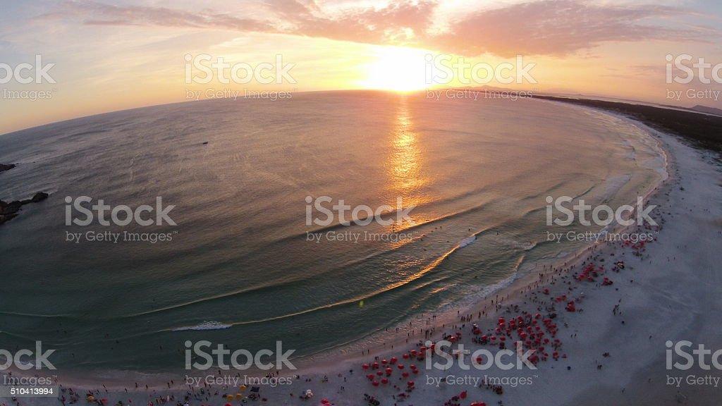 Pôr-do-sol, a Praia Grande, Arraial fazer Cabo e Rio de Janeiro - foto de acervo