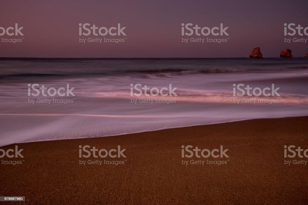 Atardecer recibiendo la noche en invierno en la costa del Mar Cantábrico, «Las Gemelas», Playa de Hendaya, Francia. Coucher de soleil recevant la nuit en hiver sur la côte de la mer Cantabrique, «Las Gemelas», la plage d'Hendaye, France. photo libre de droits