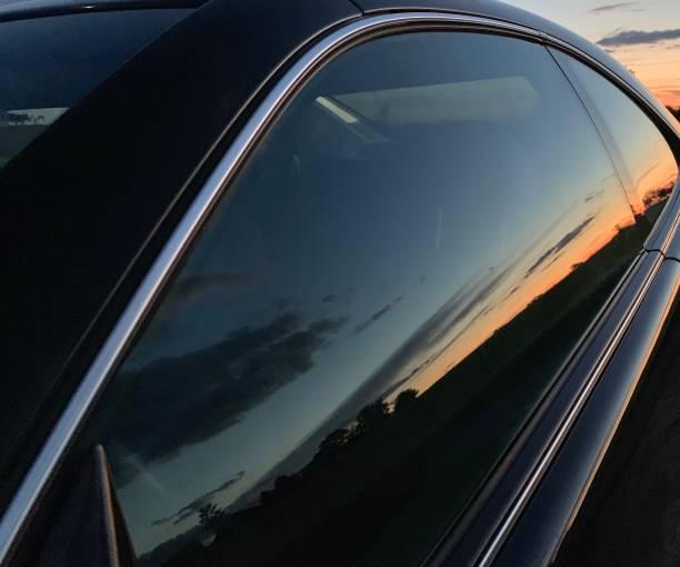 Sonnenuntergang reflektiert im Autofenster – Foto