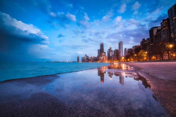 puesta del sol reflejo en north beach ave. - chicago illinois fotografías e imágenes de stock