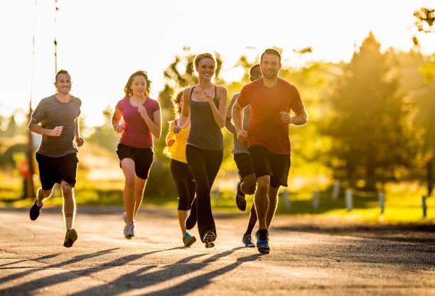 sunset run - man city exercise abs foto e immagini stock