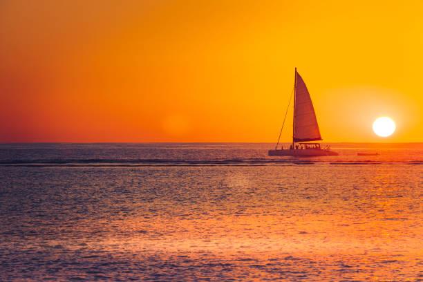 solnedgången segling på mauritius island, indiska oceanen, afrika - katamaran bildbanksfoton och bilder
