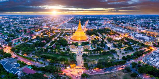 cena do sol de phra pathom chedi estrutura mais antiga budista na tailândia. um dos lugares mais importantes para os budistas na tailândia pode ser encontrado em nakhon pathom, uma das mais antigas cidades na tailândia. - sukhothai - fotografias e filmes do acervo