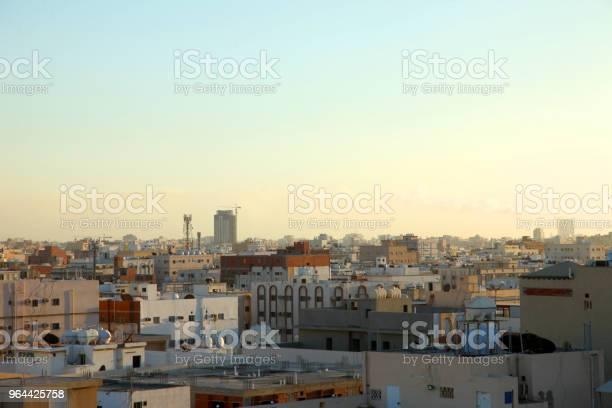 Foto de Cena Do Sol Com A Silhueta De Edifícios Na Zona Rural De Jeddah Arábia Saudita e mais fotos de stock de Amarelo