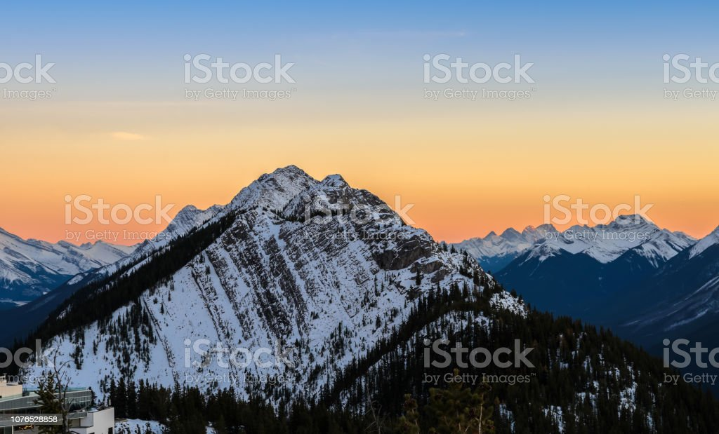 Sonnenuntergang Landschaft von Schnee bedeckt kanadischen Rocky Mountains im Banff National Park in Alberta, Kanada – Foto