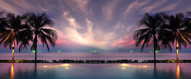 Puesta de sol del mar playa de palmeras en la piscina - foto de stock
