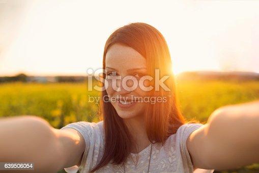 istock Sunset selfie 639506054