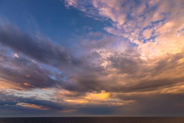 Sonnenuntergang Himmel über dem Ozean – Foto