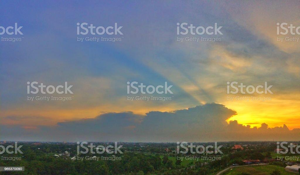 與雲的夕陽的天空 - 免版稅光圖庫照片