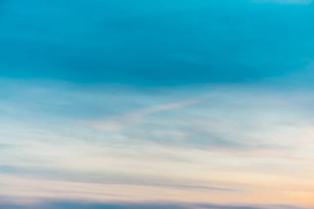 zachód słońca niebo z pomarańczowymi żółtymi chmurami światła. kolorowy gładki gradient błękitnego nieba. naturalne tło wschodu słońca. niesamowite niebo o poranku. lekko pochmurna atmosfera wieczorna. wspaniała pogoda na świcie. - zmrok zdjęcia i obrazy z banku zdjęć