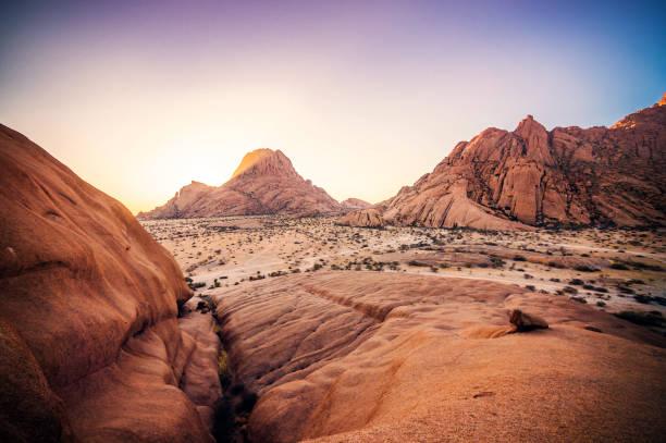 sonnenuntergang spitzkoppe - namib wüste stock-fotos und bilder