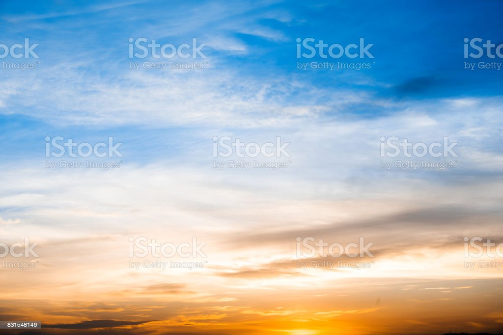 Sonnenuntergang oder Sonnenaufgang mit Wolken und Sonnenstrahlen und andere stimmungsvollen Effekt – Foto