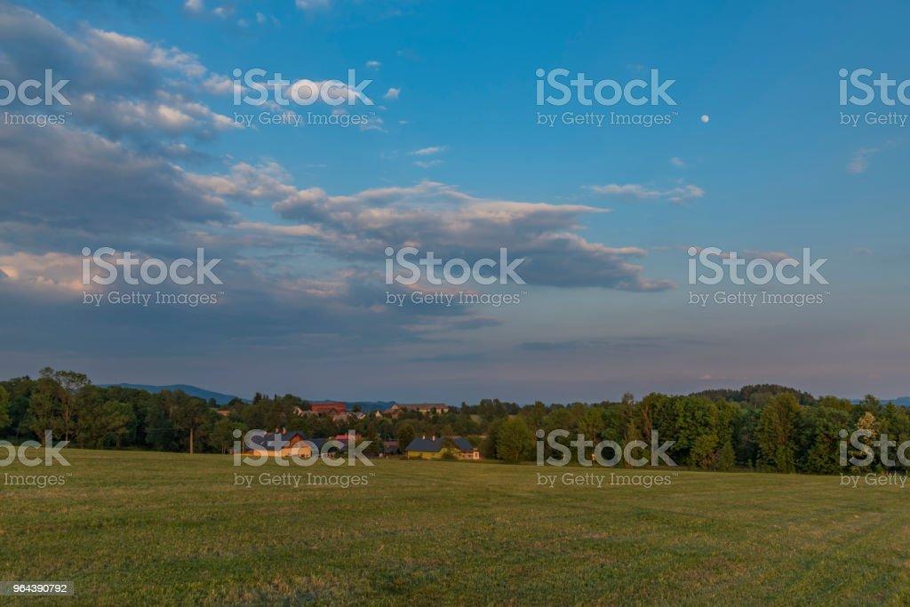 Zonsondergang tijd in hoge deel van Roprachtice dorp - Royalty-free Avondschemering Stockfoto