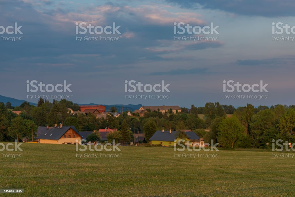 Hora por do sol na parte alta da vila de Roprachtice - Foto de stock de Aldeia royalty-free