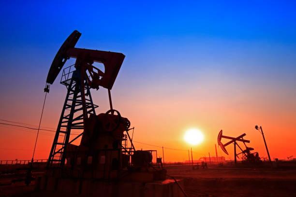 Hora del atardecer de la bomba de aceite, equipos para petroleras - foto de stock