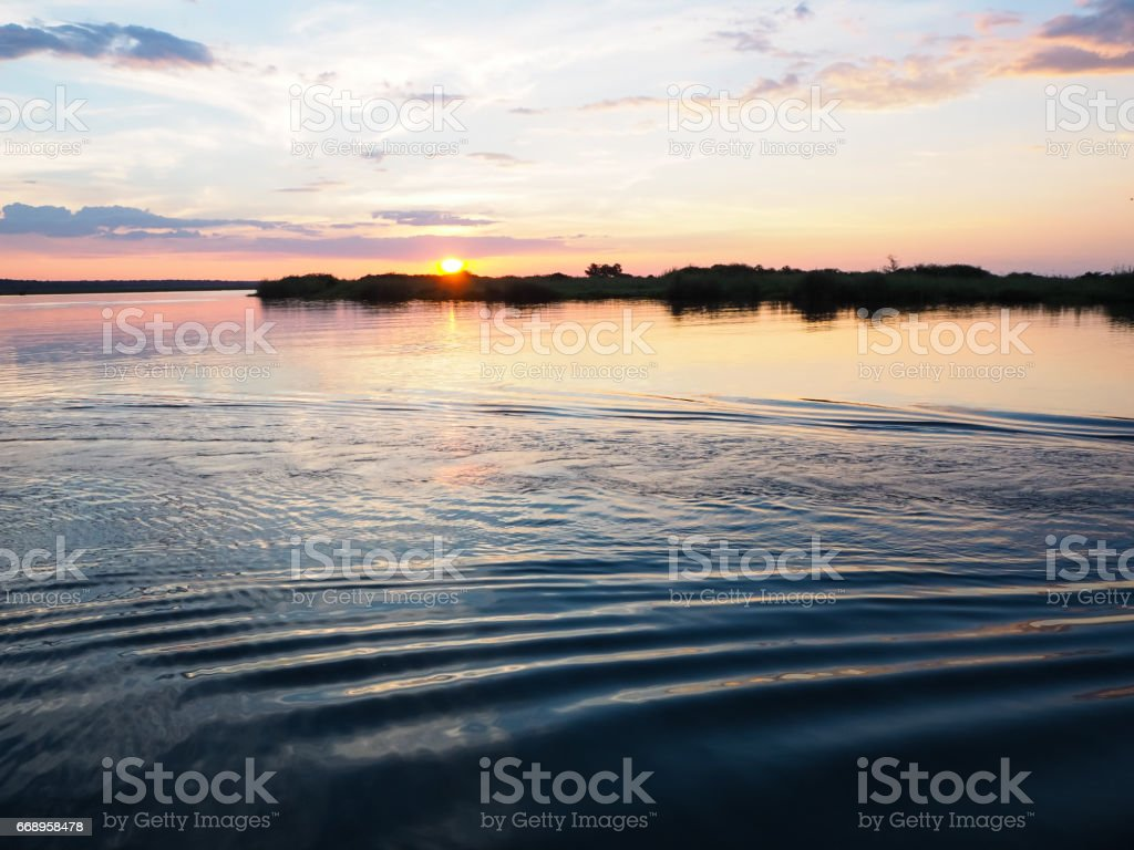 Sunset view at the river bank with water ripple and sweet color sky foto stock royalty-free